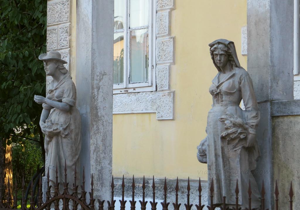 Las estatuas aun recuerdan el esplendor de otros tiempos
