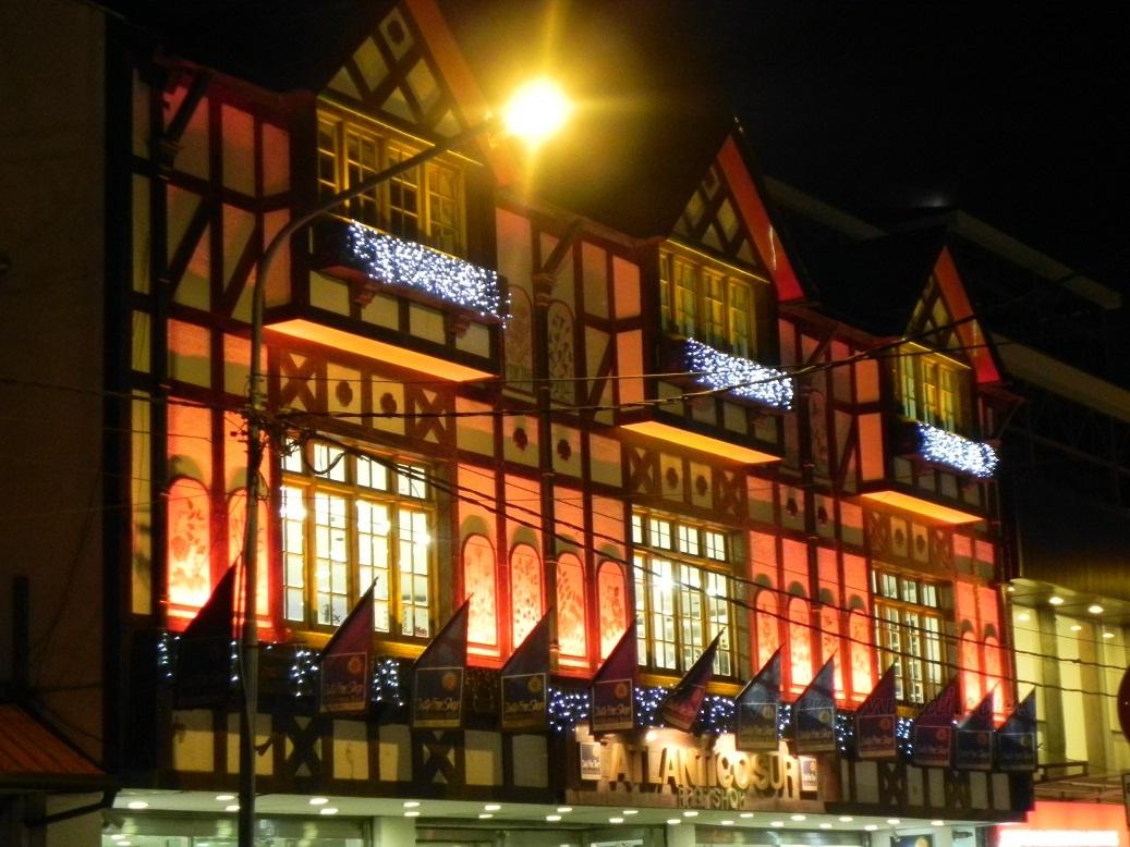 Pintorescas construcciones iluminadas al anochecer
