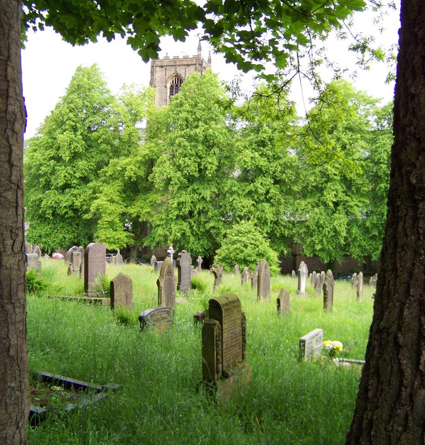 Precioso cementerio con la iglesia St Bartholomew al fondo