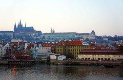 Vista del oeste de Praga y su castillo desde el río Moldava