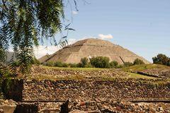 Pirámide del Sol vista desde la zona habitacional