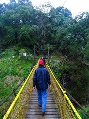 Cruzando el puente para cruzar al otro extremo del cañón
