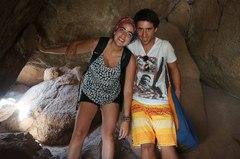 Ale y Joaquín pasando la cueva