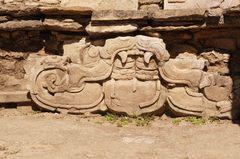 Figura maya en los basamentos de la construcción