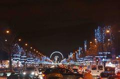 Decoración navideña en los Campos Elíseos, París