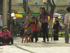 Niños jugando en la plaza, en Cochabamba, Bolivia