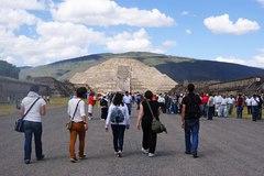Empezando la caminata hacia la pirámide lunar