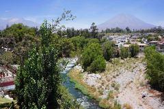 Río Chili desde el puente Grau, Arequipa
