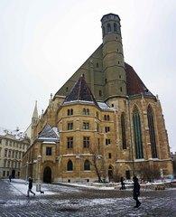 Iglesia tras el Palacio Hofburg en Viena