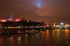 Vista nocturna de París desde el río Sena