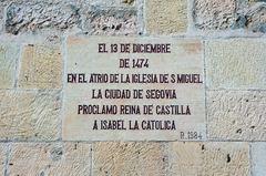 Letrero conmemorativo de la coronación de Isabel la Católica
