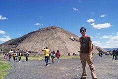 A punto de subir la gran pirámide
