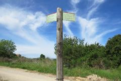 "Señal vertical de la ruta GR 5 del ""vi i del cava"" en Gelida"