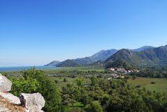 Vista panorámica del lago Skadar y Virpazar