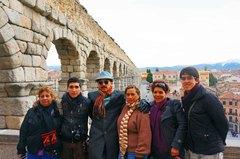 Con mi familia frente al Acueducto de Segovia