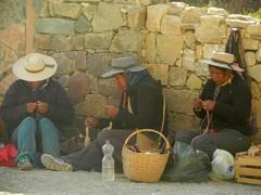 Mujeres norteñas tejiendo en Purmamarca