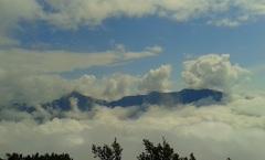 Los picos de las montañas sobre la niebla de las yungas