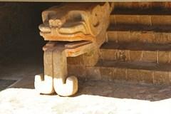 Escalones con escultura de serpiente