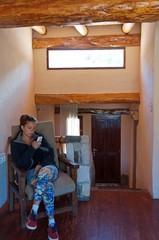 Rocío relajándose en la cabaña