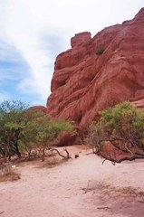Detalle de las rocas a la orilla de la ruta 68