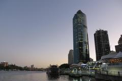 Hermosa vista de Brisbane y sus edificios al atardecer