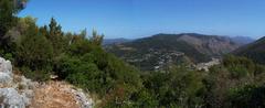 El sendero prosigue por la otra versante de la montaña