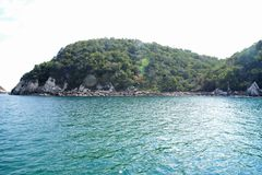 El agua azul dentro de la Bahía