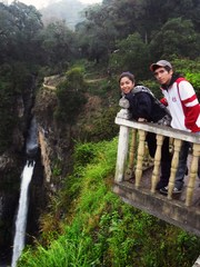 Mi hermano y mi prima junto a la cascada