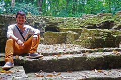 Daniel sentado sobre una antigua vivienda
