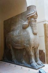 Estatua egipcia en el Museo del Louvre, París