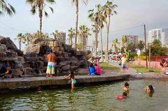 Niños refrescándose en el bulevar de Iquique