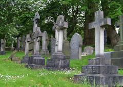 Preciosas tumbas de piedra girs en el cementerio municipal
