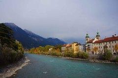 Los Alpes y el río Eno en Innsbruck, Austria