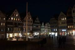 Vista nocturna de la plaza central de Tübingen
