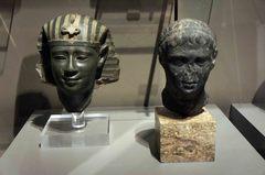 Figuras de un faraón y Julio César en el Museo Egipcio de Turín