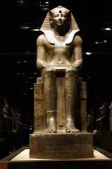 Estatua faraónica en el Museo Egipcio de Turín