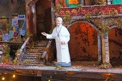 Figura del Papa en el centro de Nápoles