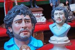 Figura de Maradona en el centro de Nápoles