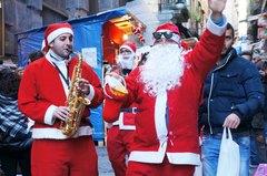 Un Papá Noel en el centro histórico de Nápoles