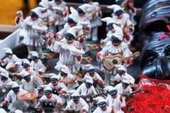 Figuras del Polichinela en el centro de Nápoles