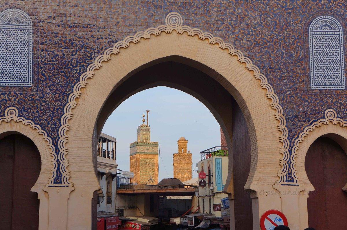 Madraza de Bou Inania vista desde la puerta azul en Fez, Marruecos