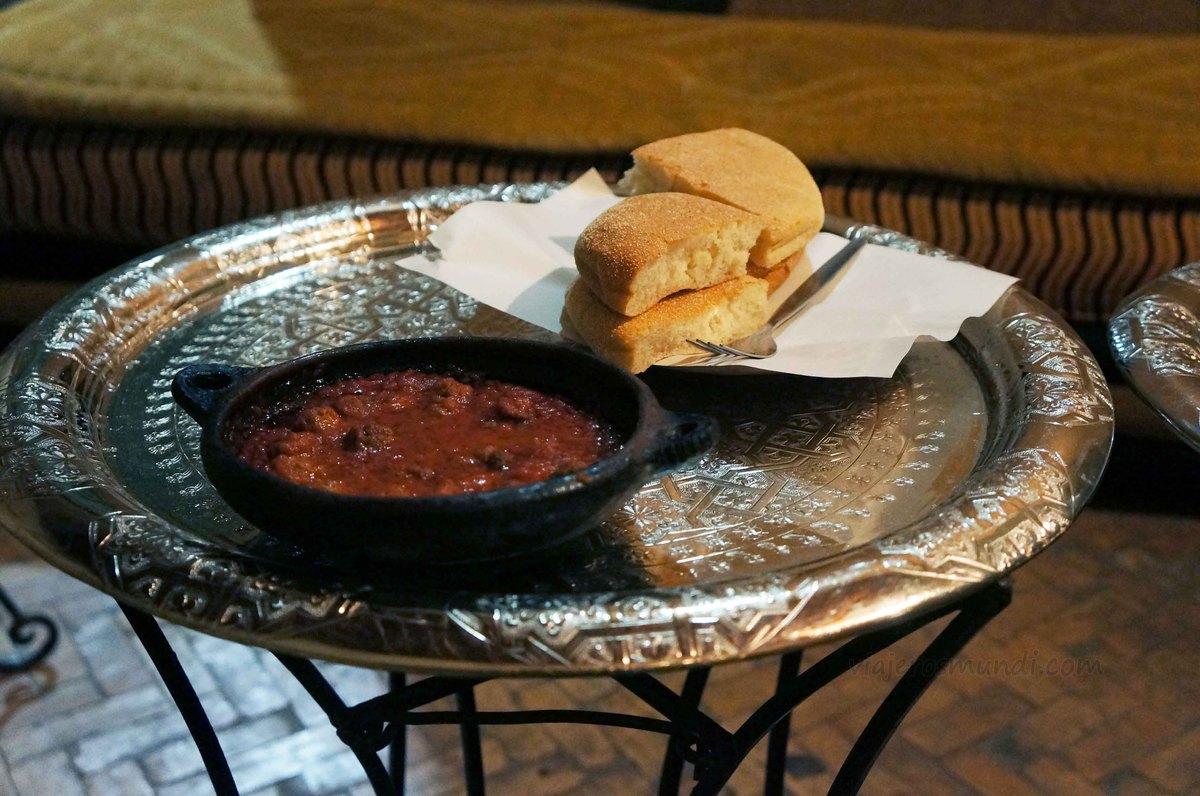 Un plato de tajín en un restaurante de Fez, Marruecos