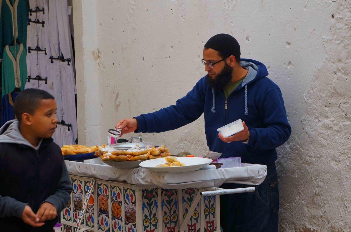 Comerciante de comida en las calles de Fez, Marruecos