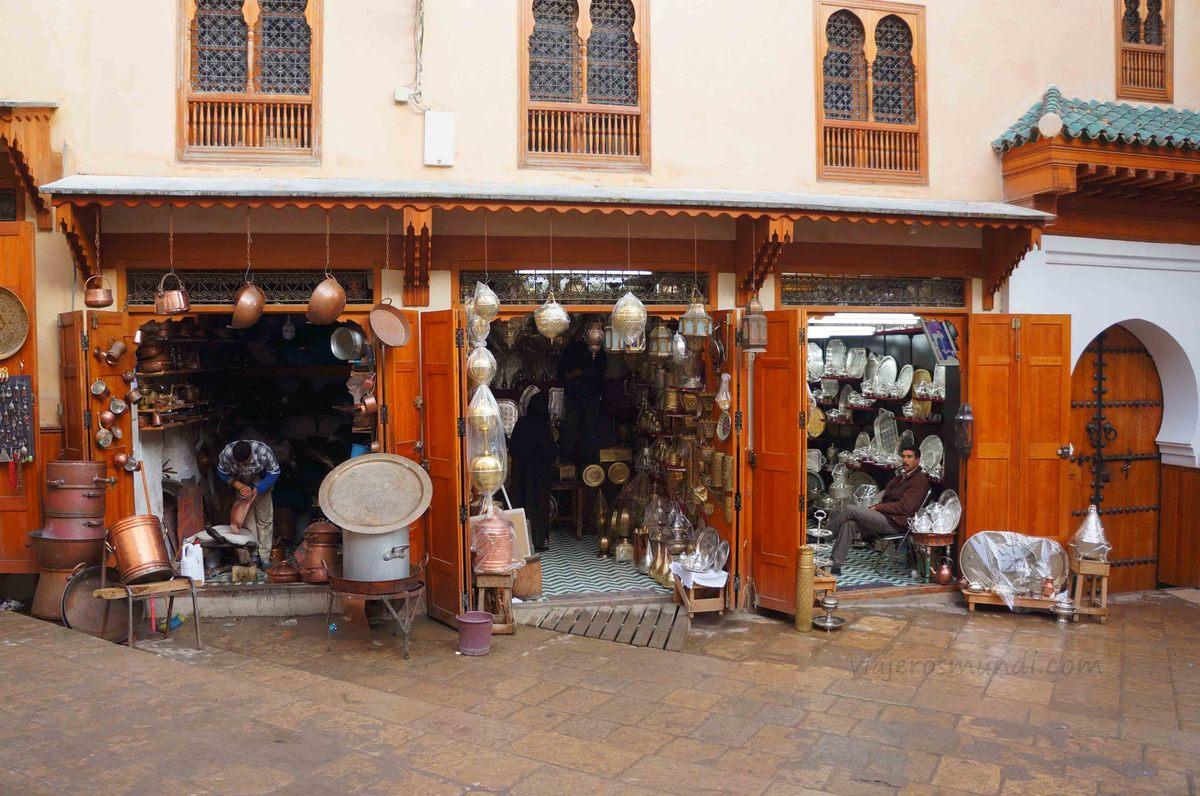 Venta de metalurgia en la medina de Fez, Marruecos