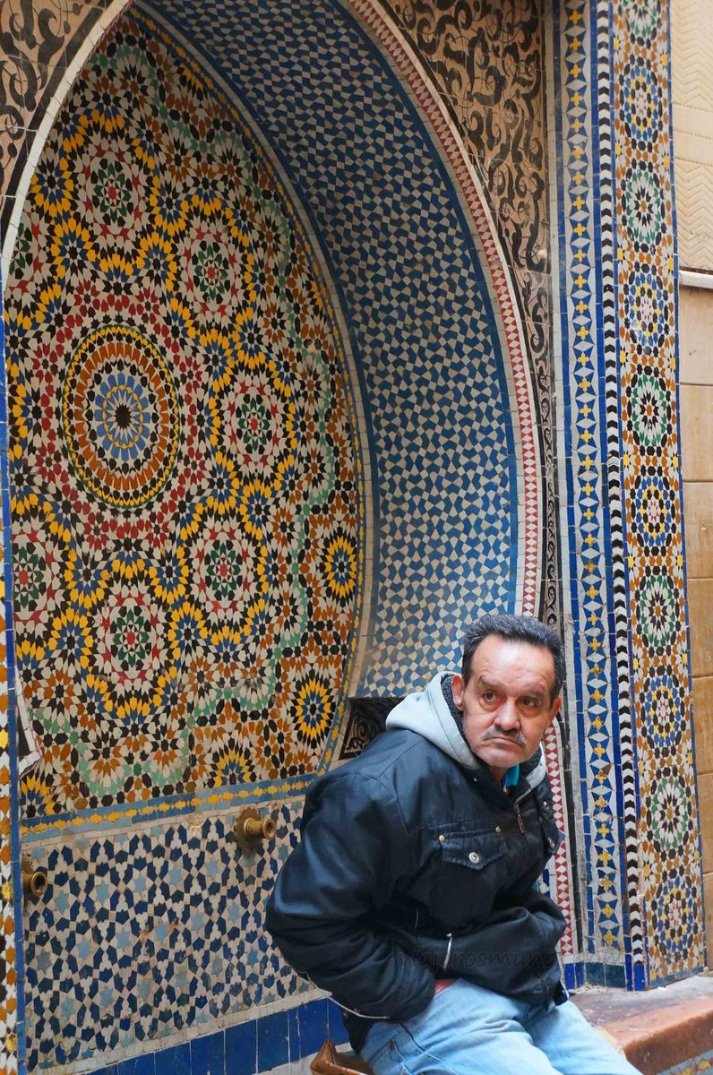 Un hombre local en la medina de Fez, Marruecos