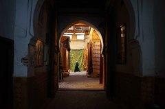 Venta de textiles en las calles de la medina de Fez, Marruecos