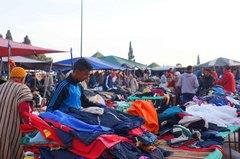 Comerciantes en una plaza de Fez, Marruecos