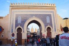 Puerta Bab Bou Jeloud en la medina de Fez, Marruecos