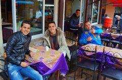 Marroquíes y yo en un restaurante de Fez