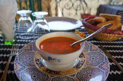 Sopa harira en un restaurante de Fez, Marruecos